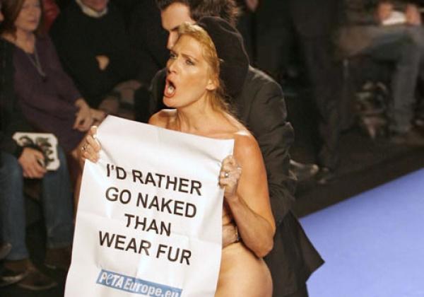 Des femmes nues prennent possession des podiums parisiens durant la semaine de la mode