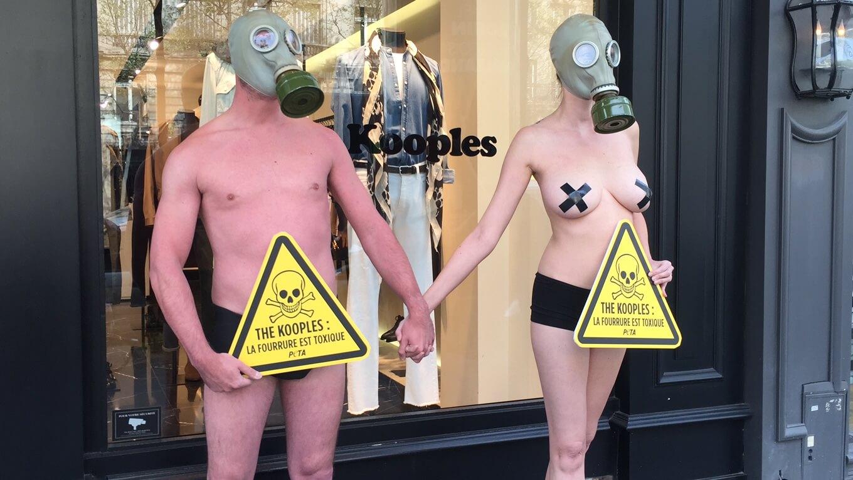 Un couple nu dénonce la fourrure toxique en plein Paris