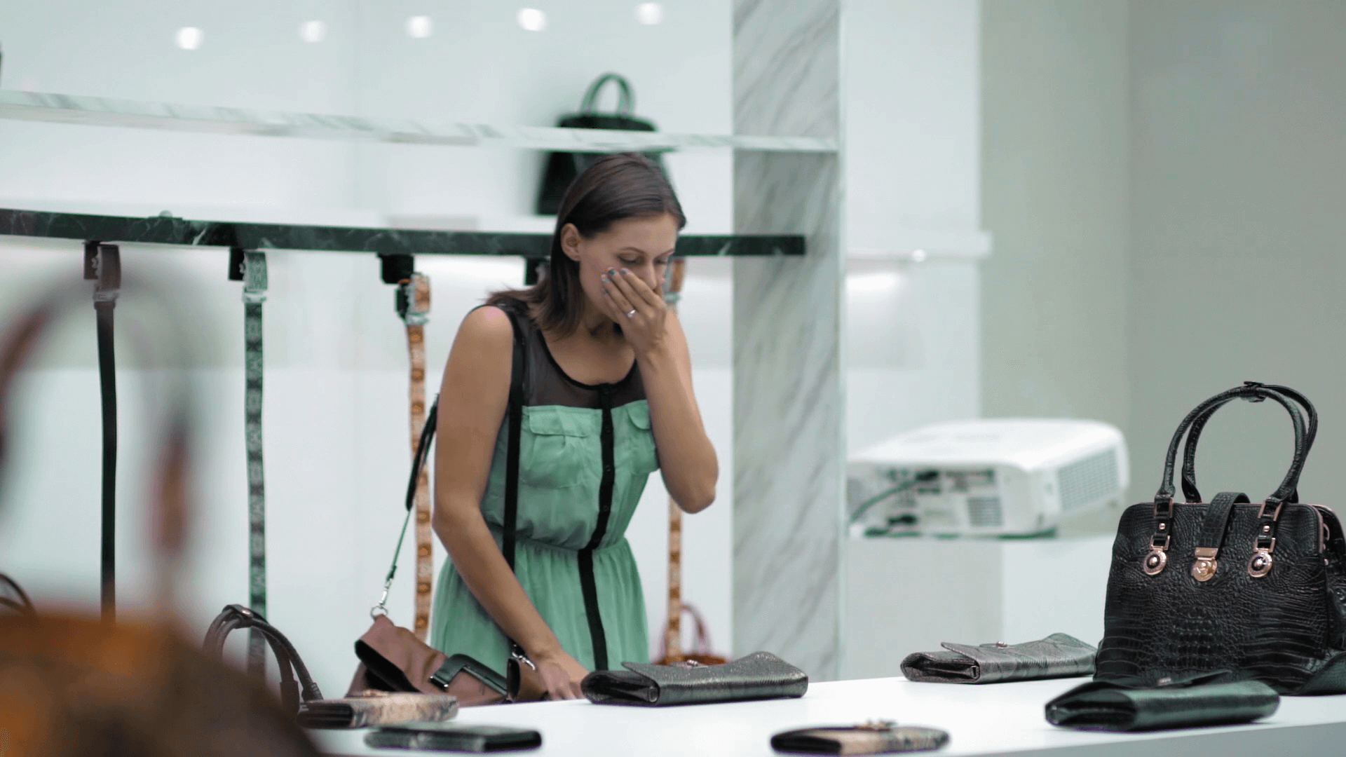 Les clients de ce magasin de cuir à Bangkok en ressortent choqués