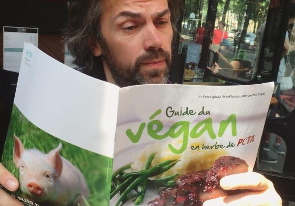 Le Guide du végan en herbe de PETA, lu et approuvé par Aymeric Caron