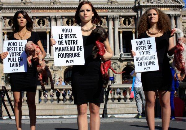 Paris Fashion Week: des militantes brandissant des «animaux morts» protestent contre l'utilisation de peaux animales