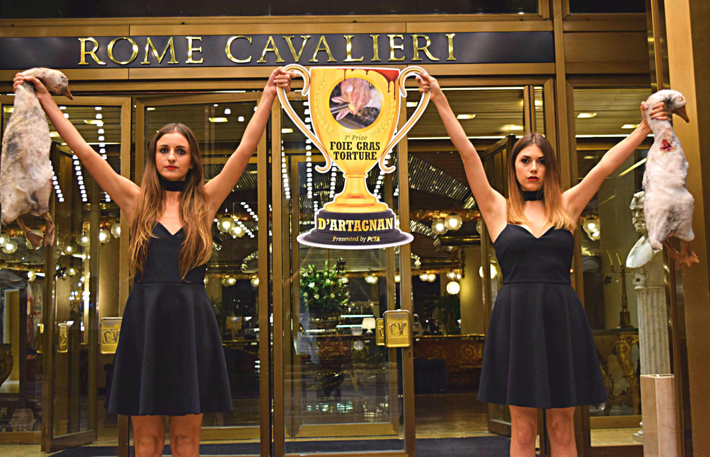 Des oies mortes sur le tapis rouge des International Business Awards à Rome