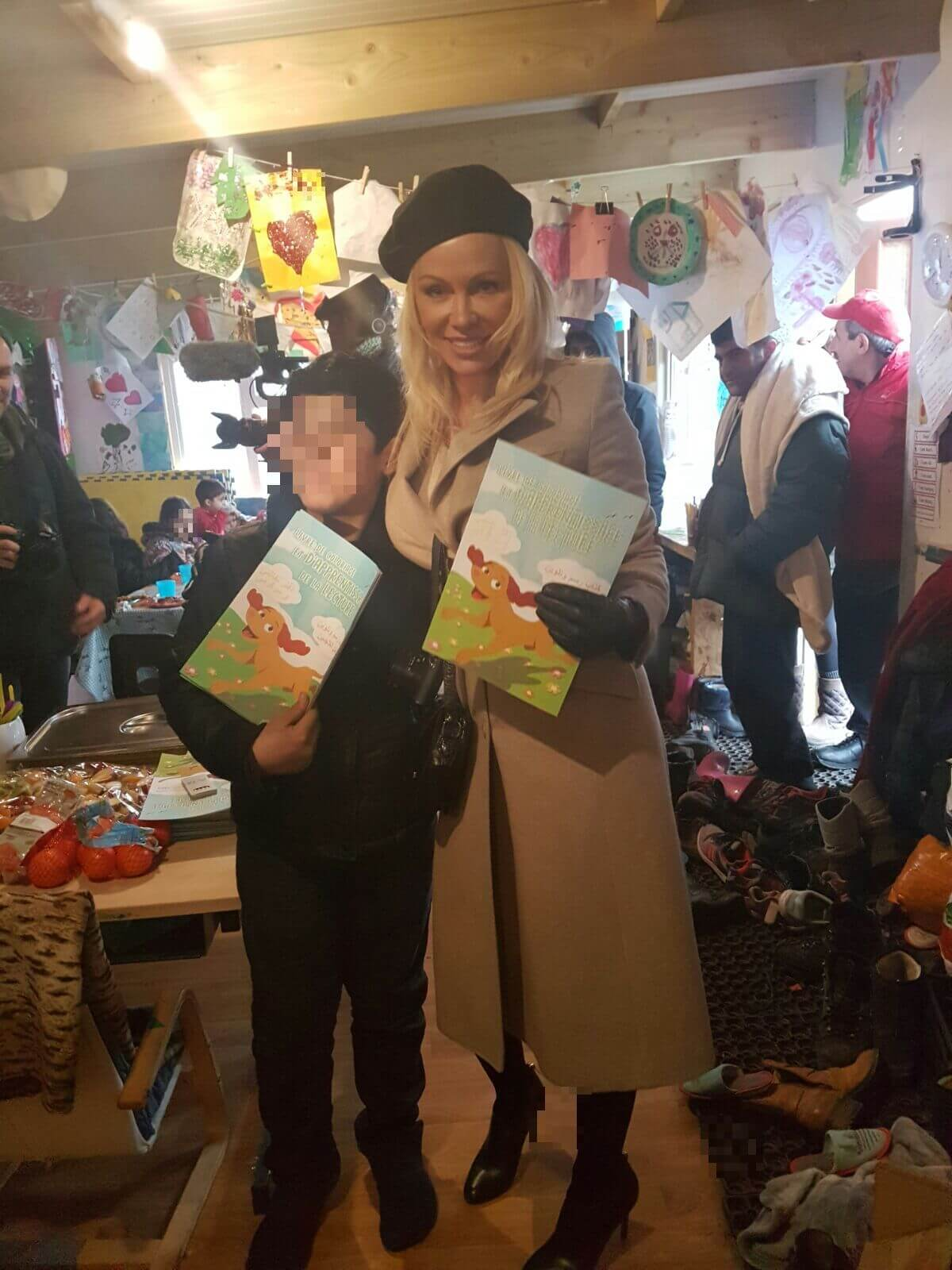 Pamela Anderson apporte des livrets de coloriage sur le thème des animaux à des enfants réfugiés