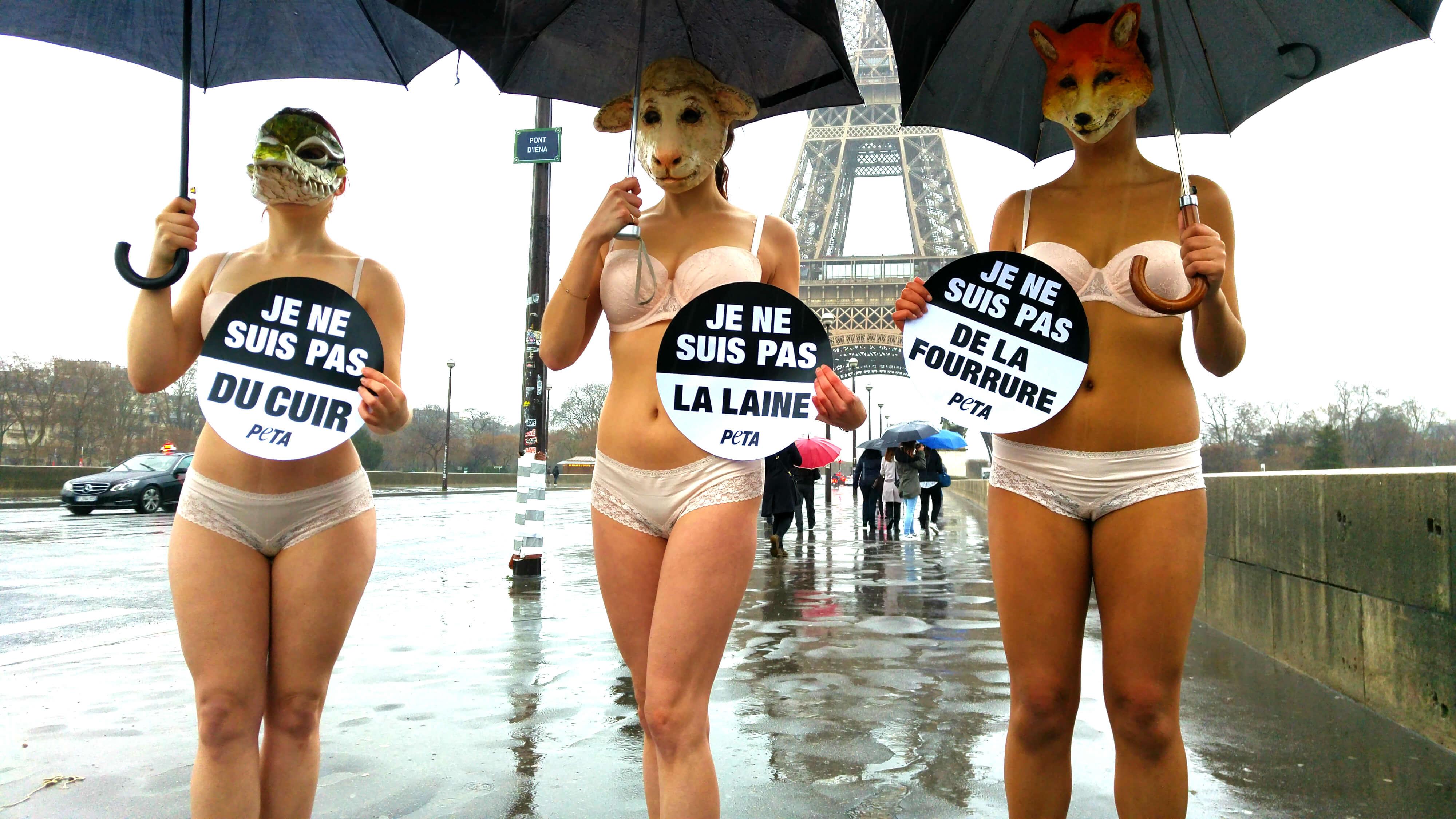 À Paris, des militantes de PETA protestent contre l'utilisation de peaux animales à la Fashion Week