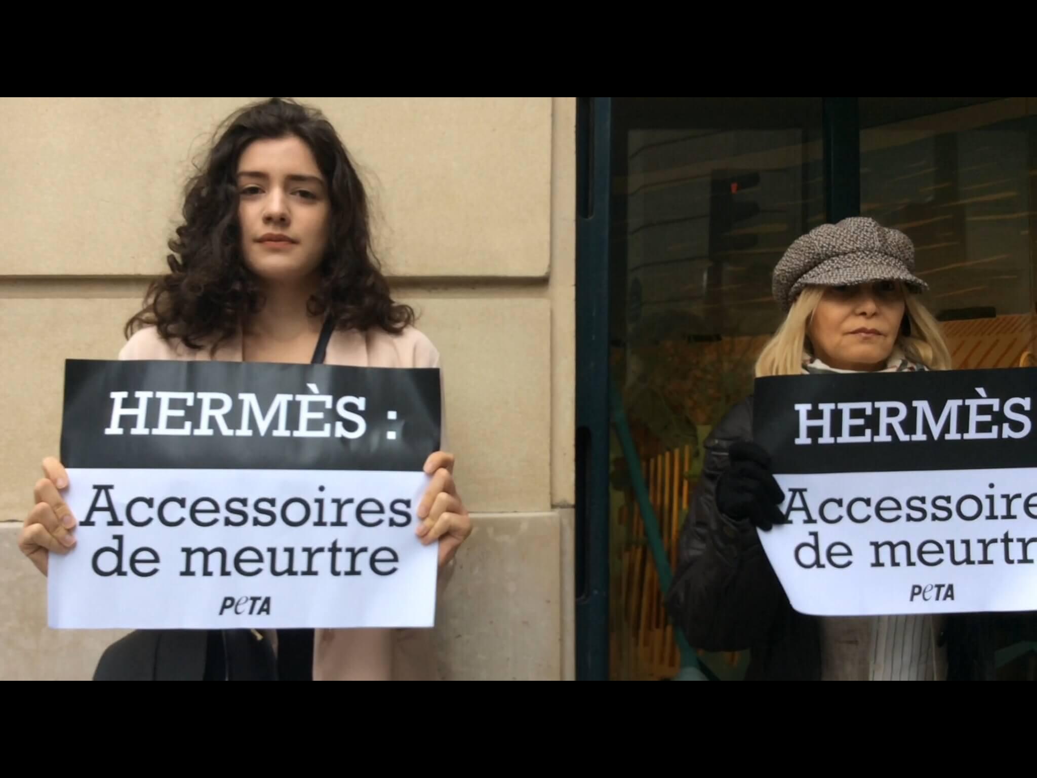 Aujourd'hui, PETA a interpellé Hermès sur la cruauté des peaux exotiques