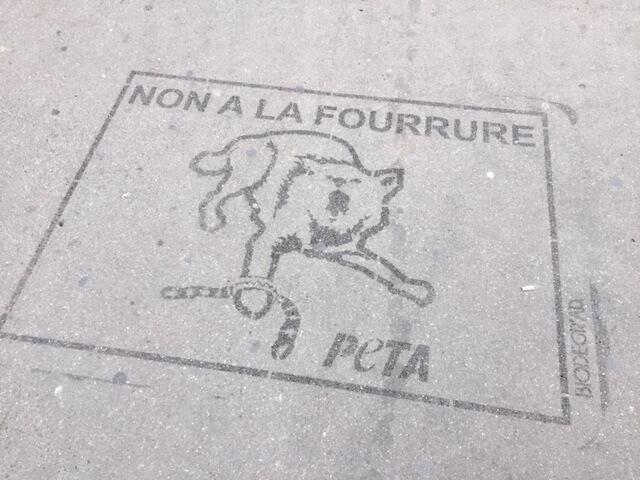 La Place de l'Opéra inondée de « Clean tags » pour demander une Fashion Week sans fourrure
