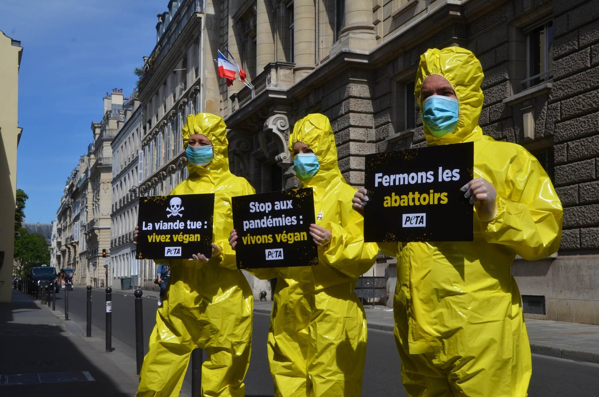 Des militants en combinaisons Hazmat dénoncent le lien entre la consommation de viande et le coronavirus