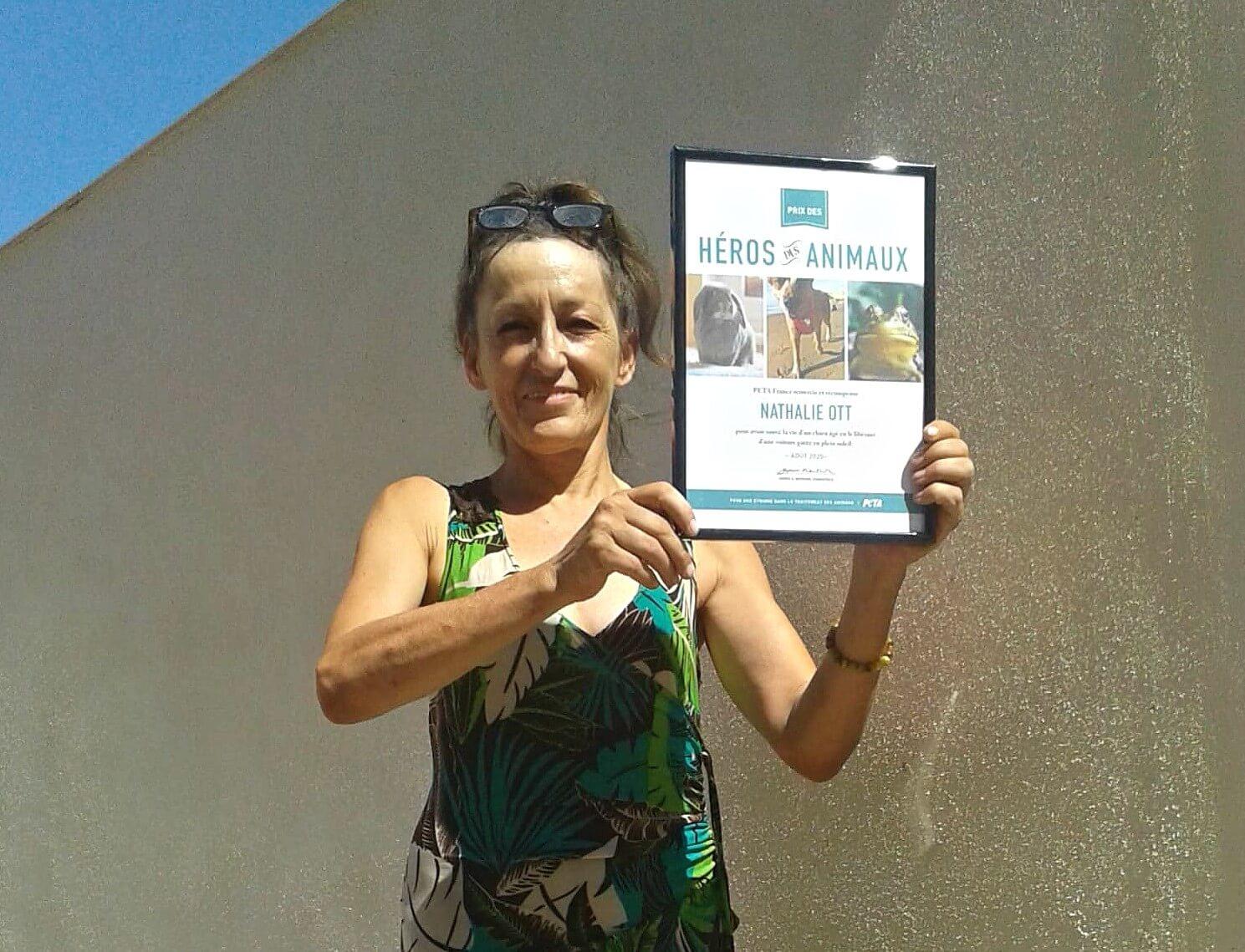 Une Nîmoise reçoit un prix pour avoir libéré un chien d'une voiture garée en plein soleil
