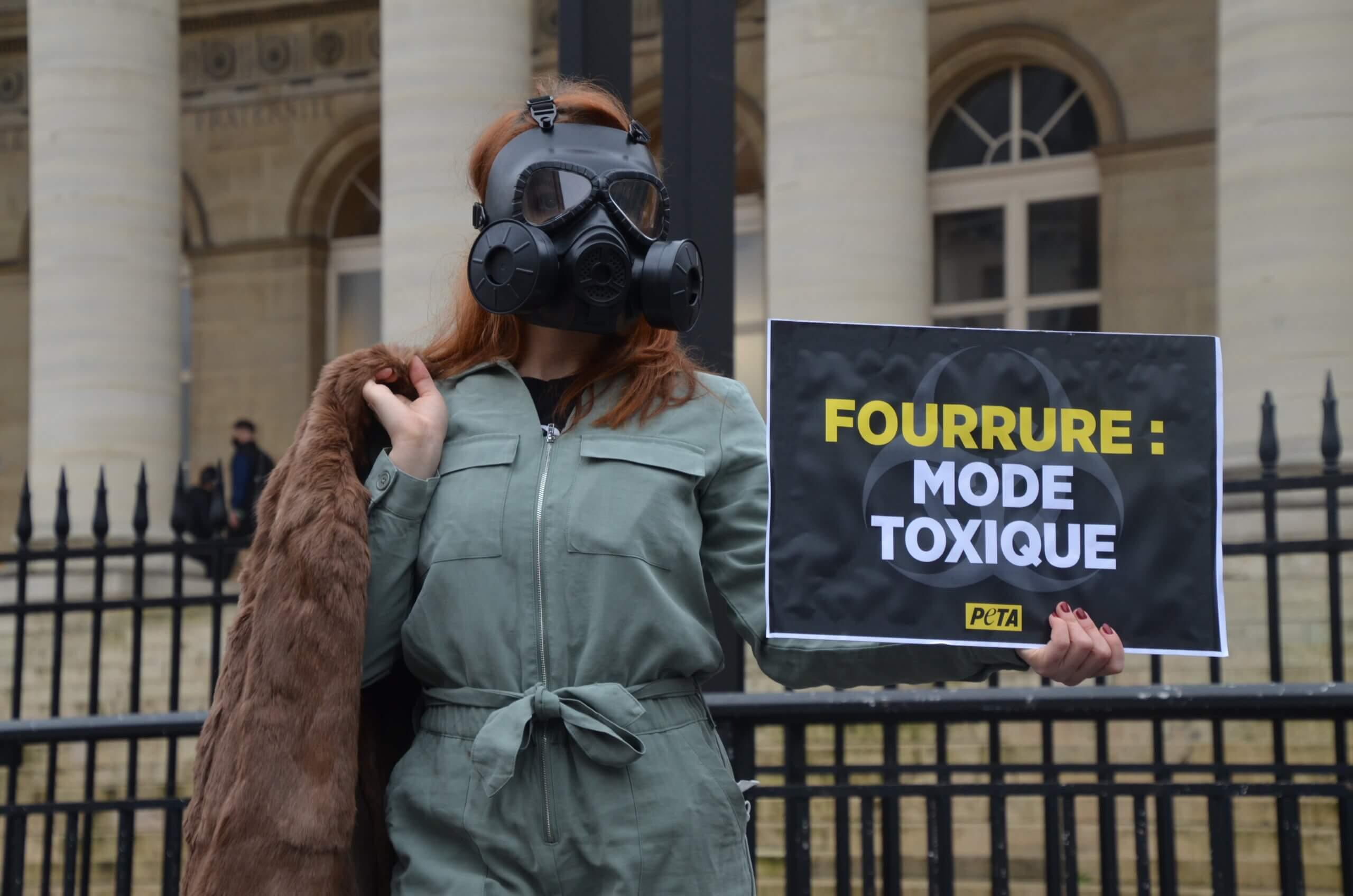 Fashion Week : des militantes en masques à gaz rappellent à Fendi que la fourrure est toxique