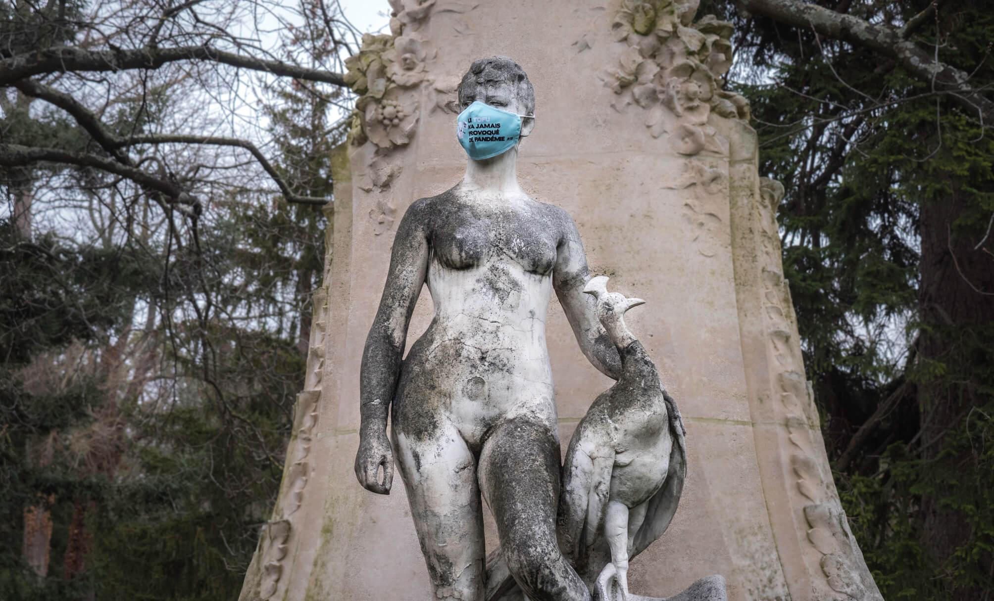 À Bordeaux, Lyon, Paris, Strasbourg et Toulouse, des statues masquées rappellent que « le tofu n'a jamais causé de pandémie »