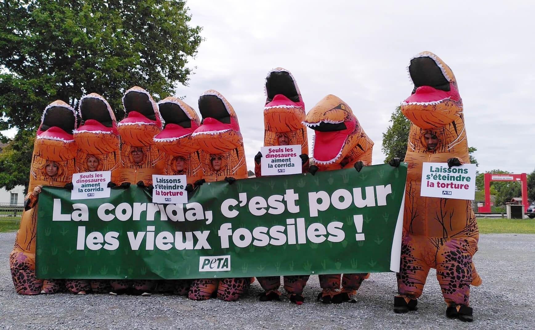 Une course de dinosaures à Bayonne pour protester contre la corrida