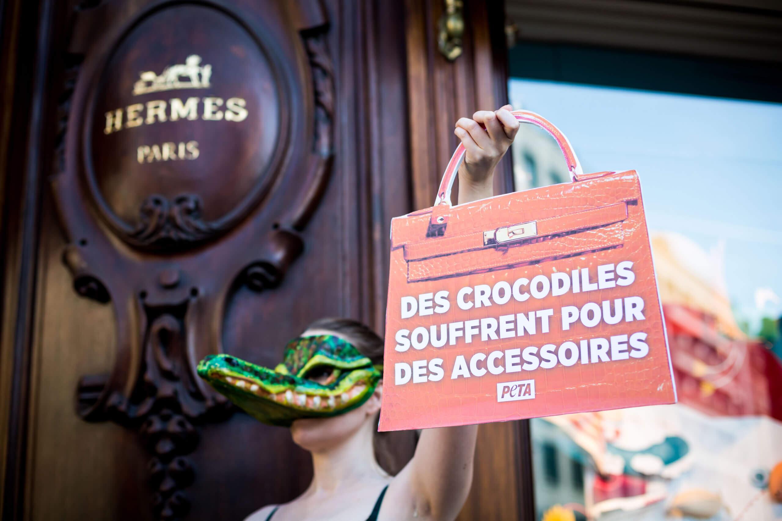 Des « crocodiles » de PETA protestent contre la cruauté des peaux exotiques devant une boutique Hermès
