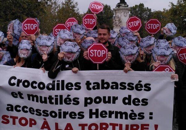 Une centaine de « crocodiles » interpellent Hermès en marge de la Paris Fashion Week